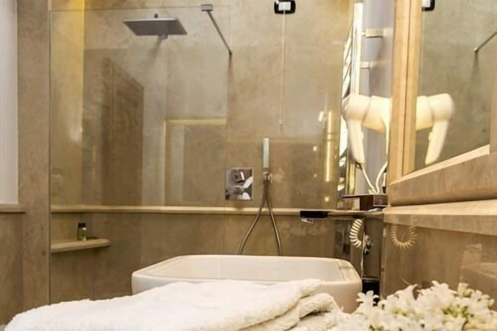 Double or Twin Room Ensuite with Bath (Rosamarino) - Baño