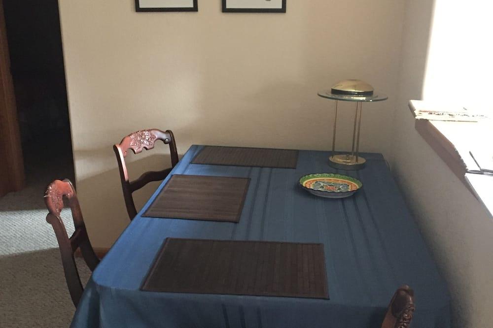 Standardna soba, 1 queen size krevet, pristup za osobe s invalidnošću, pogled na planinu - Obroci u sobi