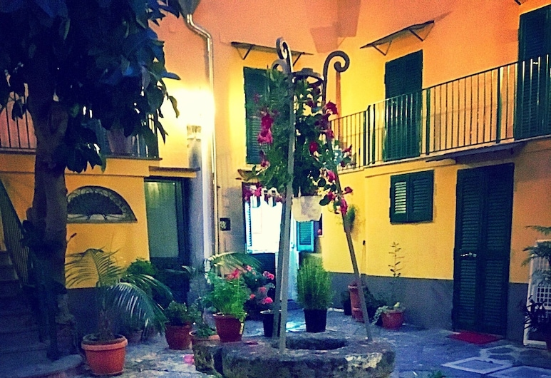 Napul'è Apartment, Naples, Dvor