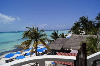 Φωτογραφία του Chichis and Charlies Beachfront, Isla Mujeres