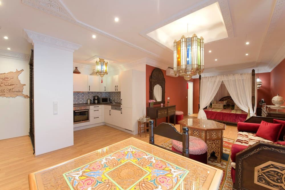 Deluxe Suite, 1 King Bed, Kitchen, Courtyard Area - Living Area