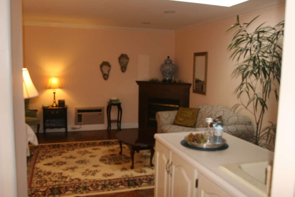 Niagara Classic - Upper Level King Suite With Fireplace and Jacuzzi - Living Room