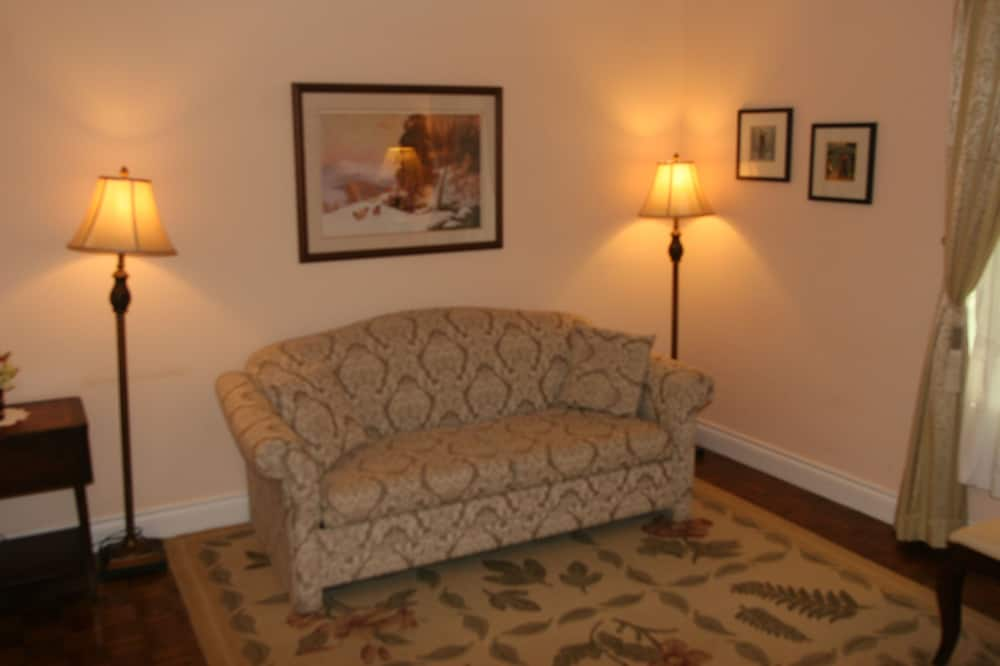 Niagara Classic - Upper Level King Suite With Fireplace and Jacuzzi - Living Area