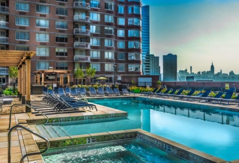 Global Luxury Suites at Newport, Jersey City, Bain à remous intérieur/extérieur