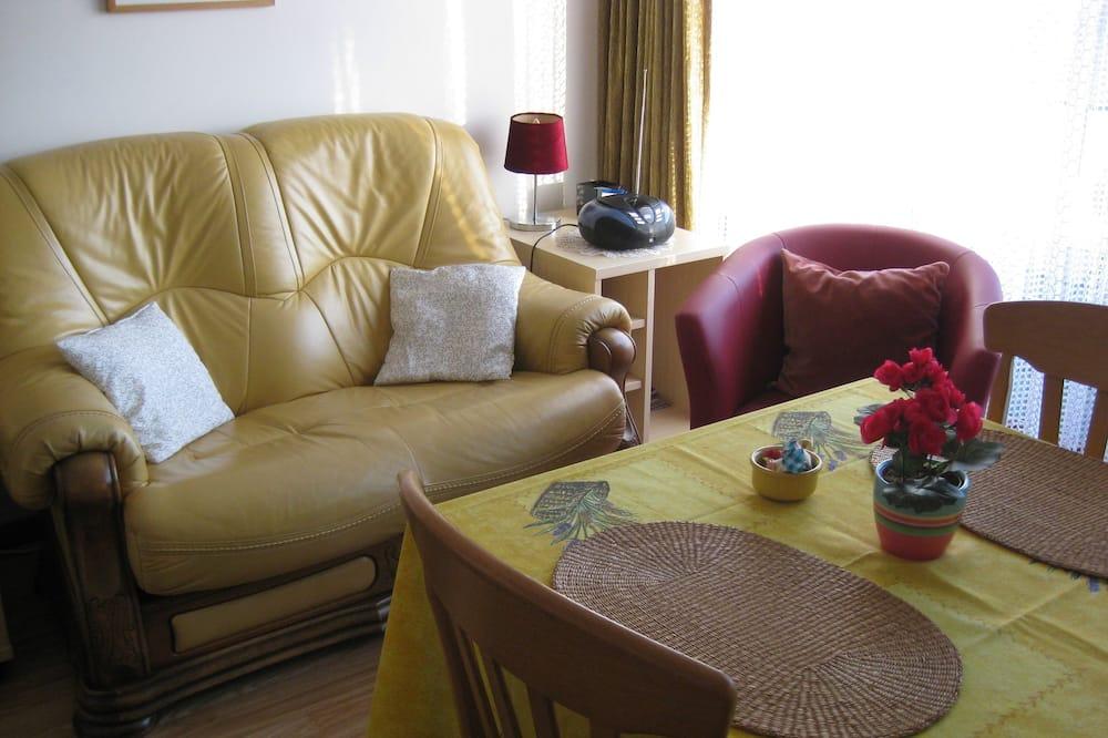 Căn hộ tiện nghi đơn giản, 2 phòng ngủ - Phòng khách