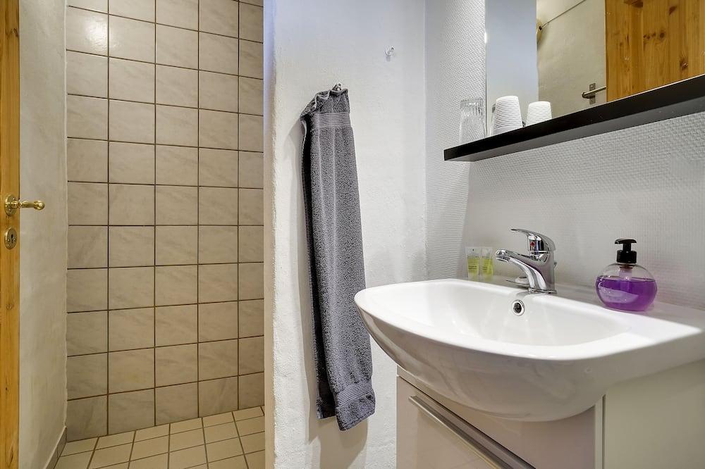 Трехместный номер, общая ванная комната - Ванная комната