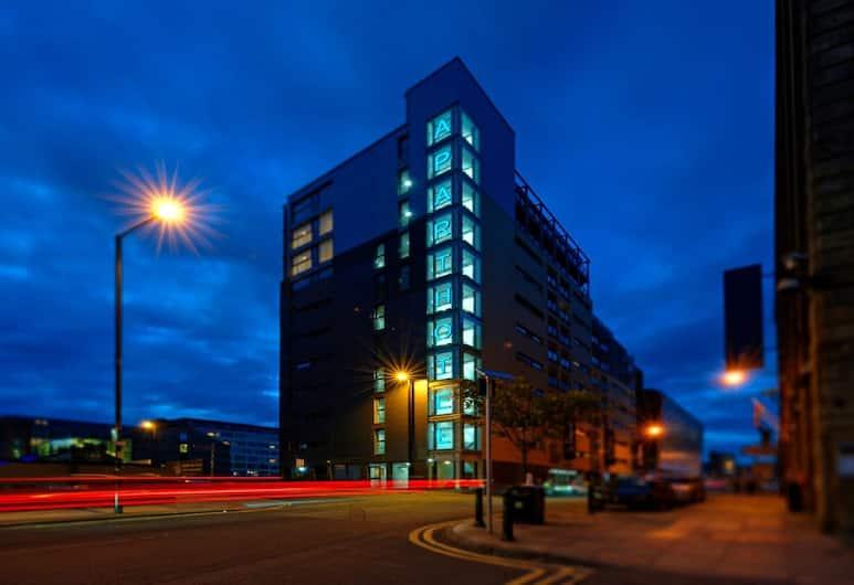 La Reserve Aparthotel, Manchester, Fasáda večer