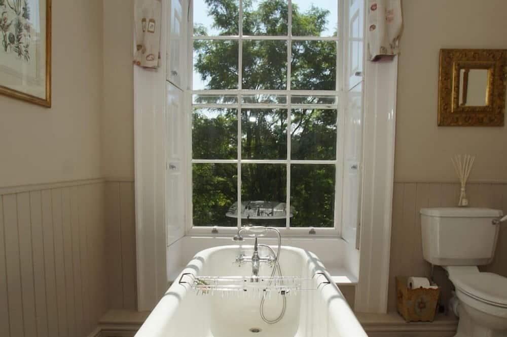 Deluxe kahetuba, omaette tualettruumiga, vaade aeda (The Quorn) - Vannituba