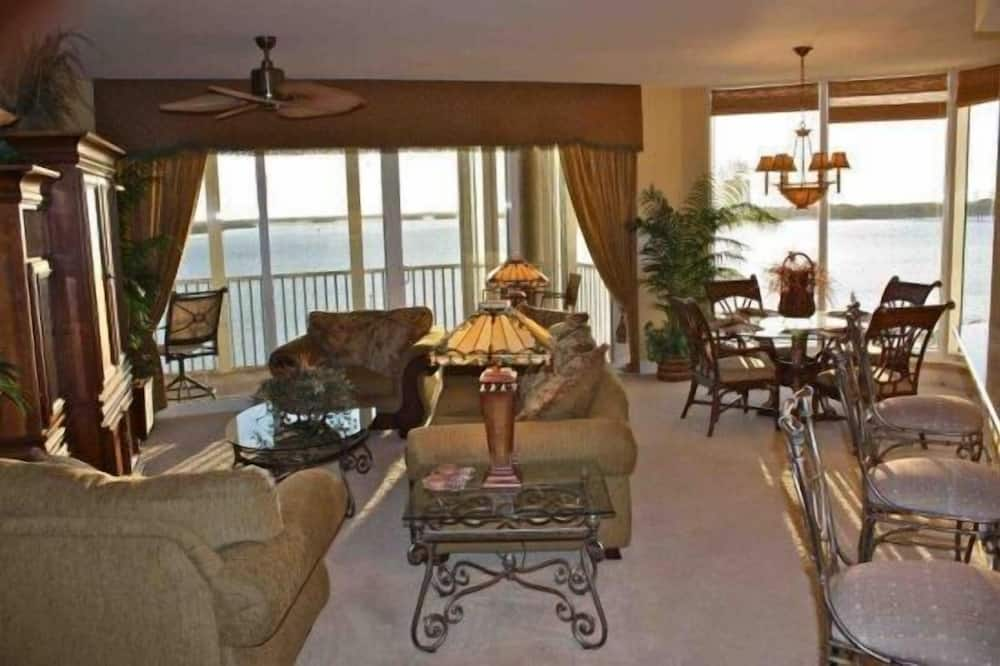 Luxury Apartment, 2 Bedrooms, Non Smoking, Beach View - Living Room