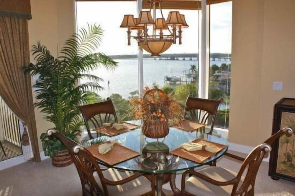 Luxury Apartment, 2 Bedrooms, Non Smoking, Beach View - In-Room Dining