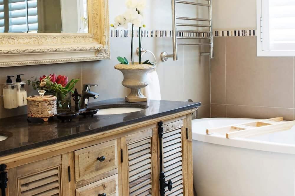 Luxury-Apartment, Mehrere Betten - Badezimmer