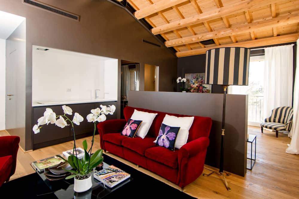Deluxe Suite (04) - Living Area