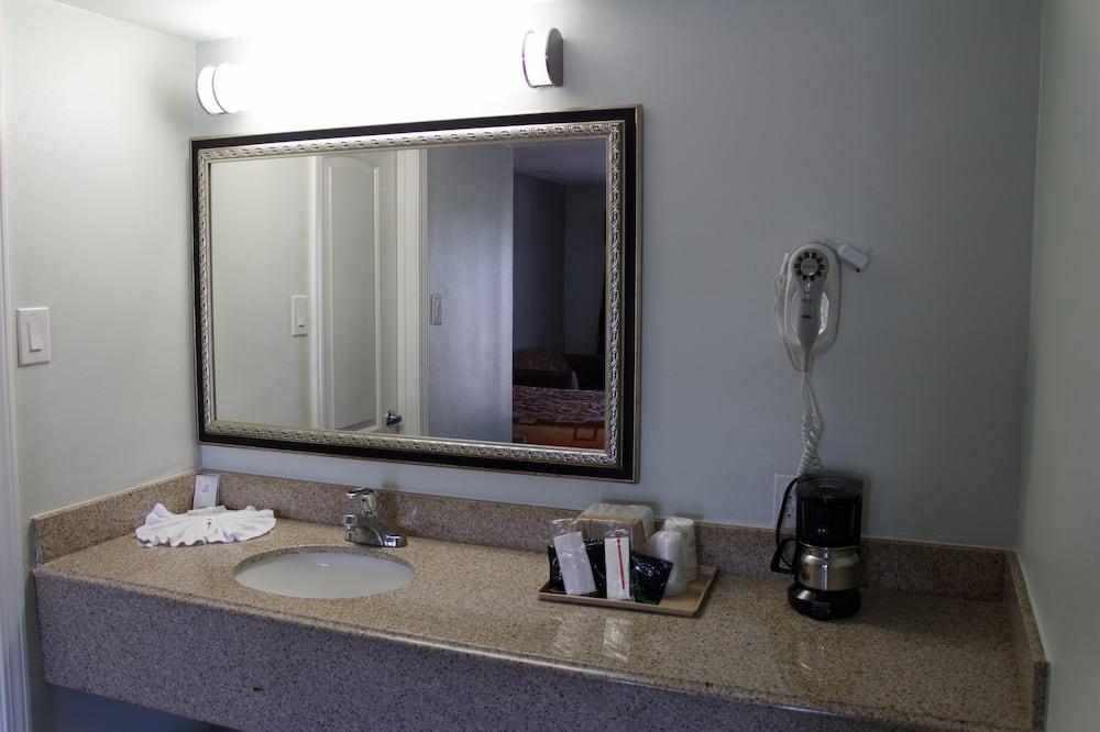 Deluxe Room, 2 Queen Beds, Non Smoking - Bathroom Sink