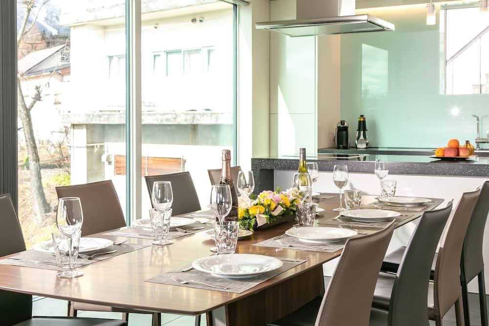 Luxury-Apartment, 3Schlafzimmer, mit Bad, Bergblick - Essbereich im Zimmer