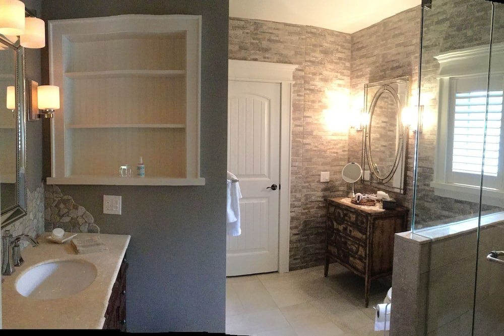 Romantic Room, 1 King Bed, Private Bathroom, Garden View (Deer Trail) - Bathroom