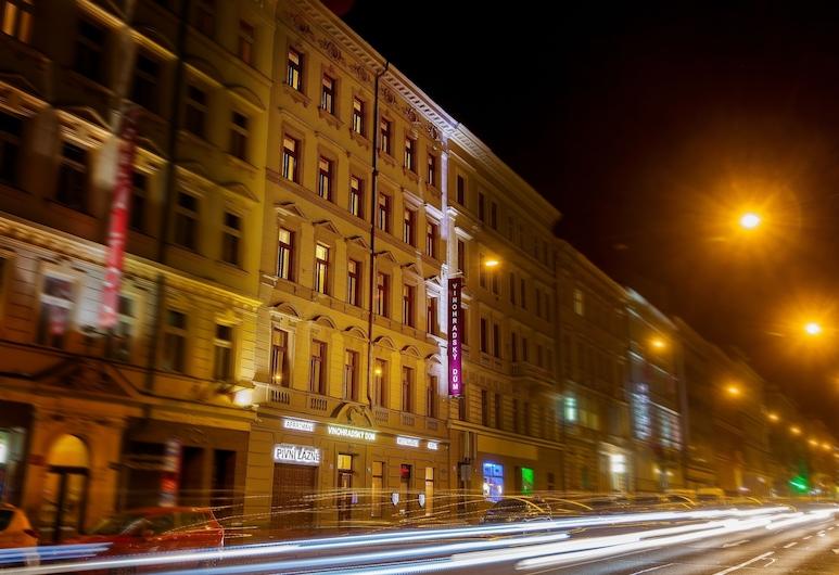 Vinohradský dům, Praha, Pohľad na hotel – večer/v noci