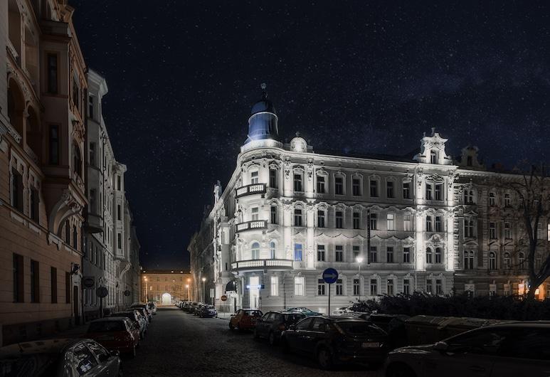 Theresian Hotel, Olomouc, Fachada del hotel de noche