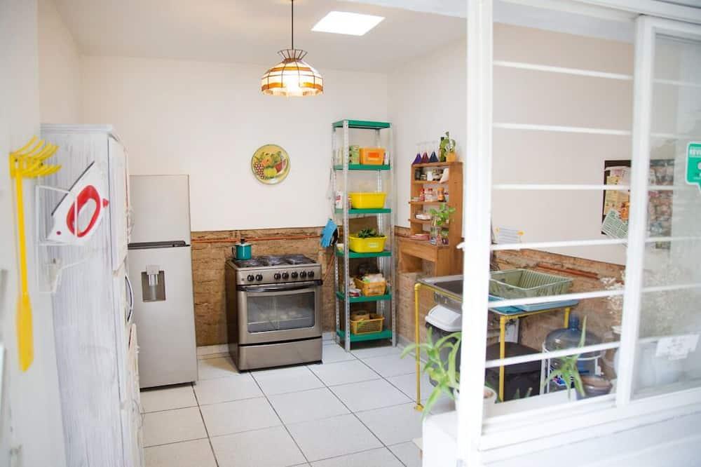 Standard-dobbeltværelse - 1 dobbeltseng - fælles badeværelse - udsigt til gårdsplads - Fælles køkken