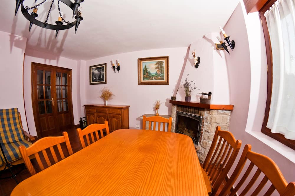 House, Multiple Bedrooms - In-Room Dining