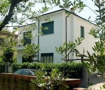 Introduce las fechas para ver los descuentos de hoteles en Lucca