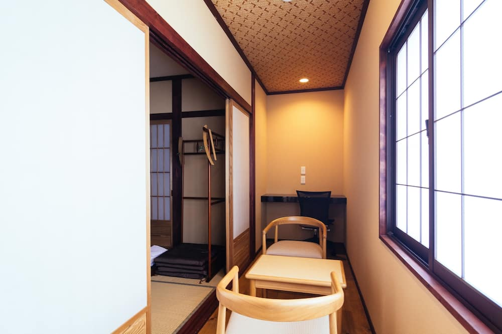 Superior Room, Non Smoking, Shared Bathroom - Tempat Makan dalam Bilik