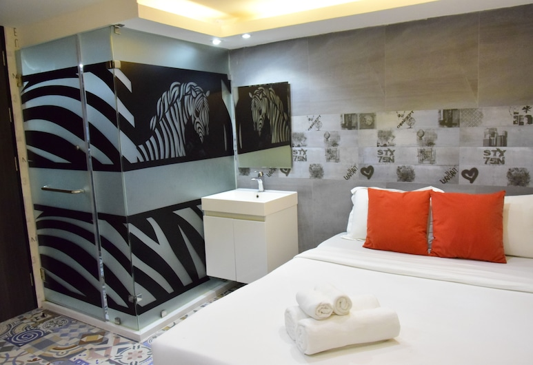 Double Five - Hostel, Bangkok, Deluxe Double Room with Bathtub, Guest Room