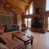 House, 5 Bedrooms, Bathtub, Mountain View (Cabin on the Creek) - Living Area