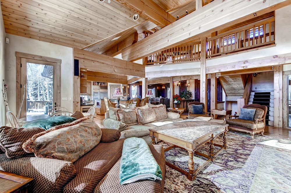 House, 5 Bedrooms - Living Room