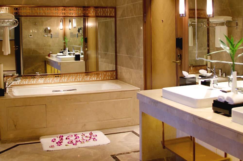 Deluxe Suite, City View - Bathroom