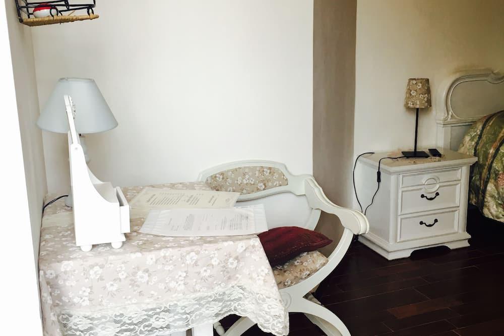 Романтический двухместный номер с 1 двуспальной кроватью, 1 двуспальная кровать «Квин-сайз» - Зона гостиной