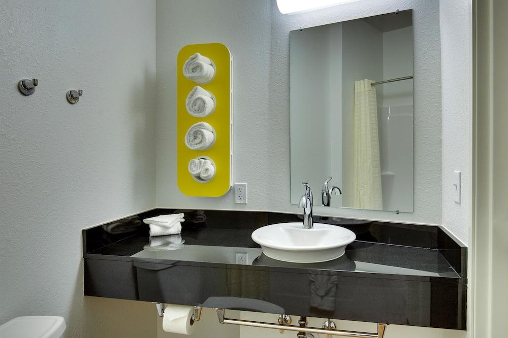Habitación estándar, 2 camas Queen size, para no fumadores, refrigerador - Baño