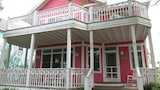 Foto di Pretty in Pink 5 Br home by RedAwning a Michigan City