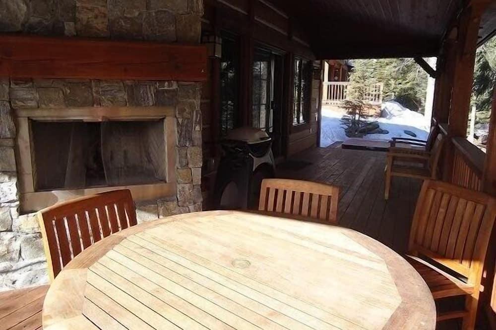 كابينة - ٣ غرف نوم - بحوض استحمام - منظر للجبل (Discovery Chalet 250) - تناول الطعام داخل الغرفة