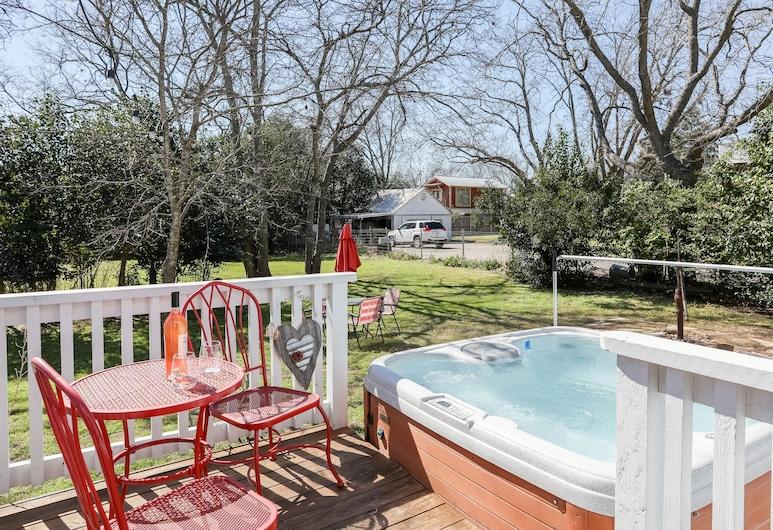 Barbi & Keith's Kottage, Fredericksburg, Ohio, Bồn tắm spa ngoài trời