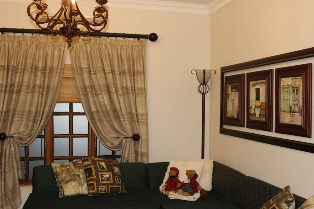 Lavender Cottage (4Pax)1 King &2Singles - Living Room