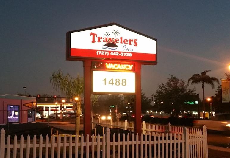 Travelers Inn Clearwater, Clearwater, Fachada do hotel (à noite)