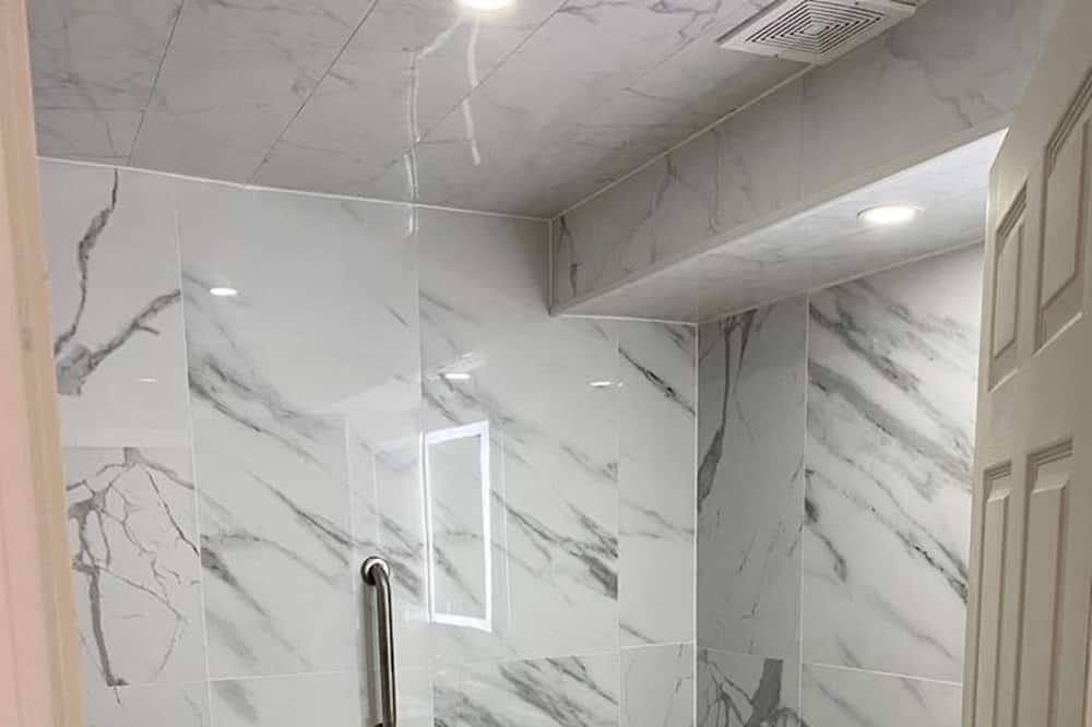 Izba typu Basic s dvojlôžkom alebo oddelenými lôžkami, fajčiarska izba - Kúpeľňa
