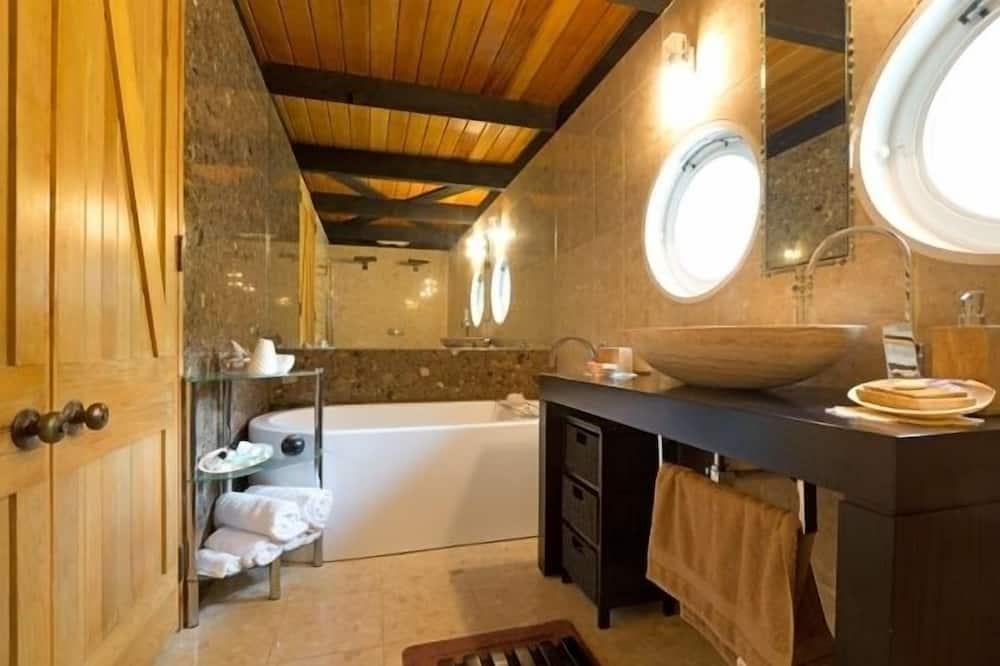 Signature Double Room, 1 Queen Bed, Shared Bathroom - Bathroom