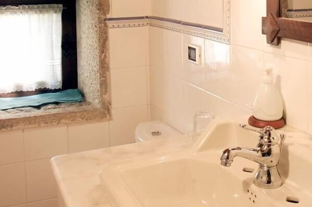 Szoba kétszemélyes vagy két külön ággyal - Mosdó a fürdőszobában