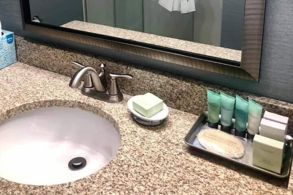 Bayside Walkout Petite King - Bathroom