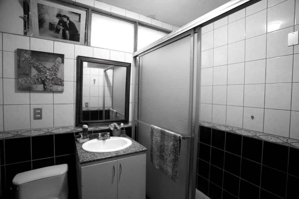 Standard háromágyas szoba, kilátással az udvarra - Fürdőszoba