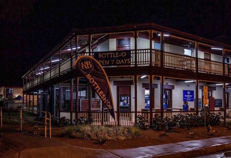 Beadon Bay Hotel, Onslow, Entrada del hotel (tarde o noche)