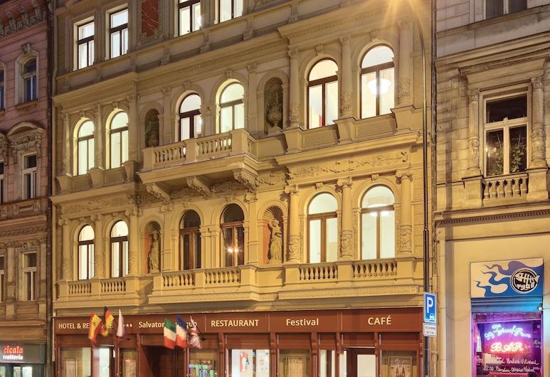 Salvator Boutique Hotel, Prag, Hotellfasad - kväll
