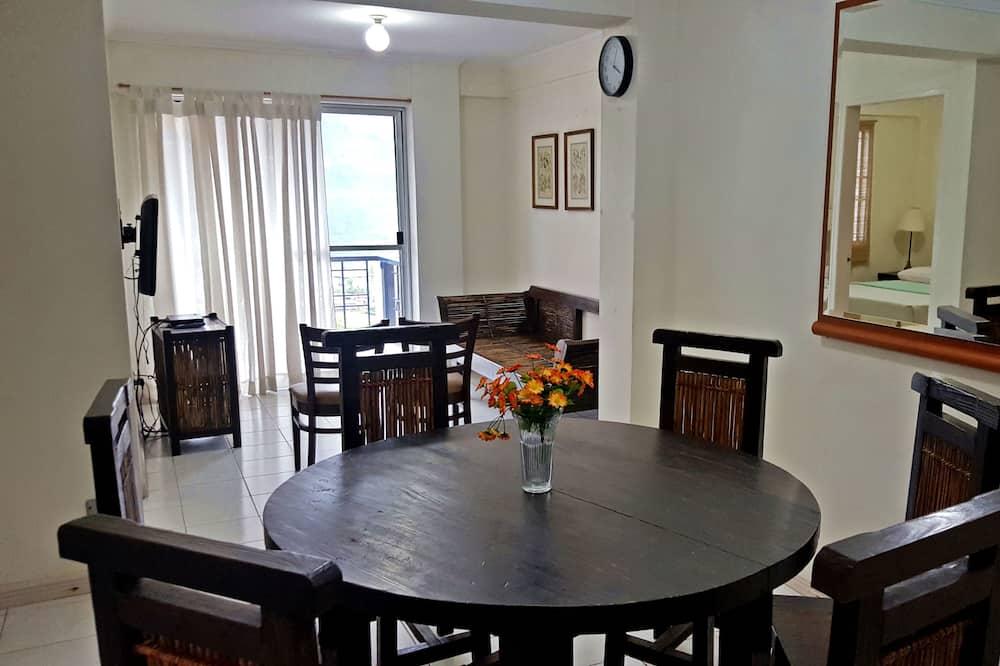 Apartamentai su pagrindiniais patogumais, 3 miegamieji, vaizdas į kalnus - Vakarienės kambaryje
