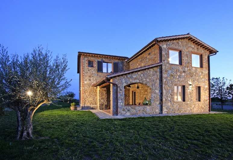 Casale Sterpeti, Magliano in Toscana, Entrada del hotel (tarde o noche)