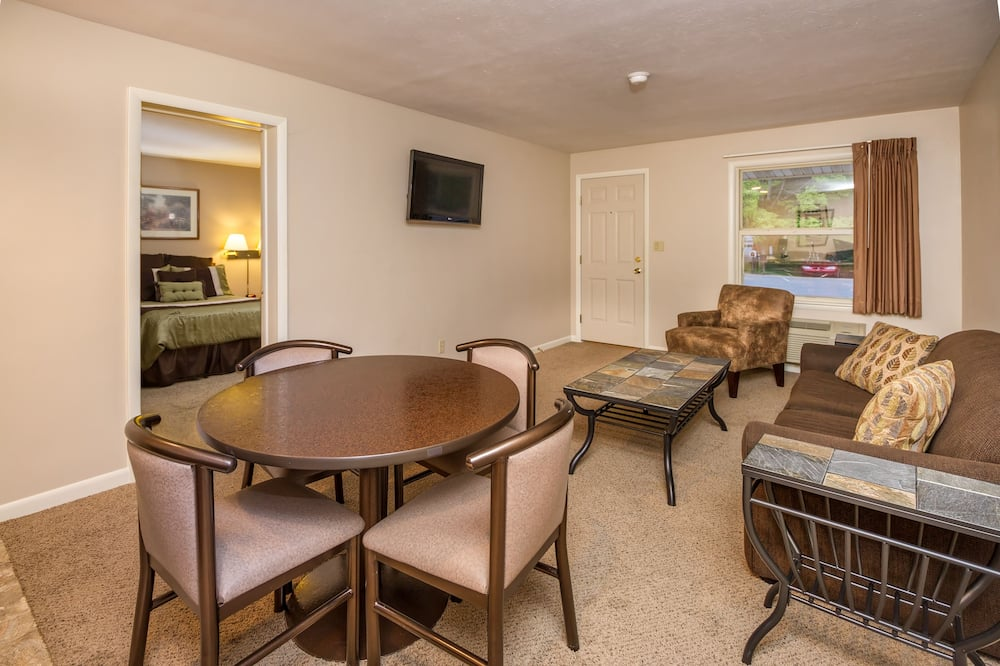 Suite, Multiple Beds, Bay View - Living Room