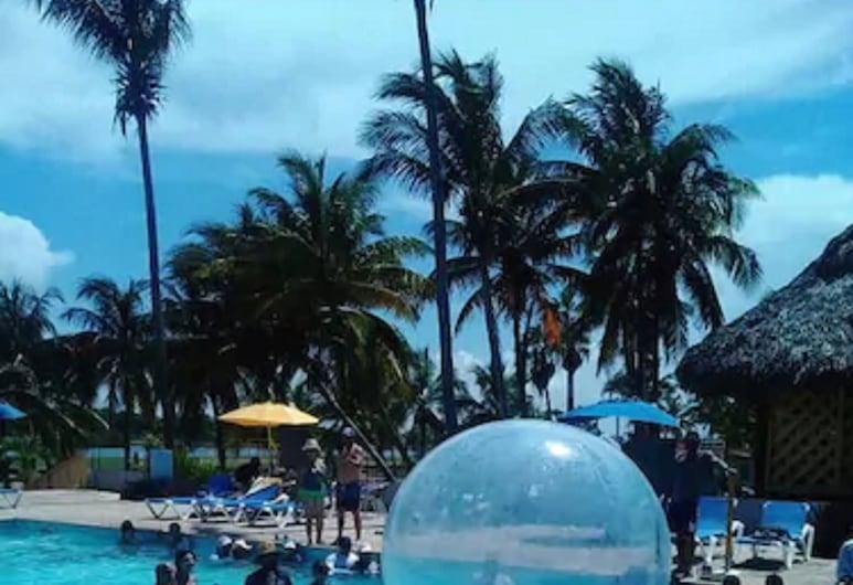 كلوب كاري , فاراديرو, حمام سباحة