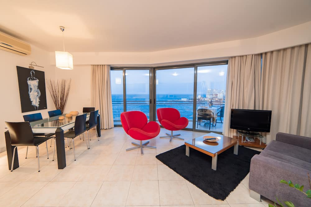Superior Apartment, 2 Bedrooms, City View, Oceanfront - Living Area