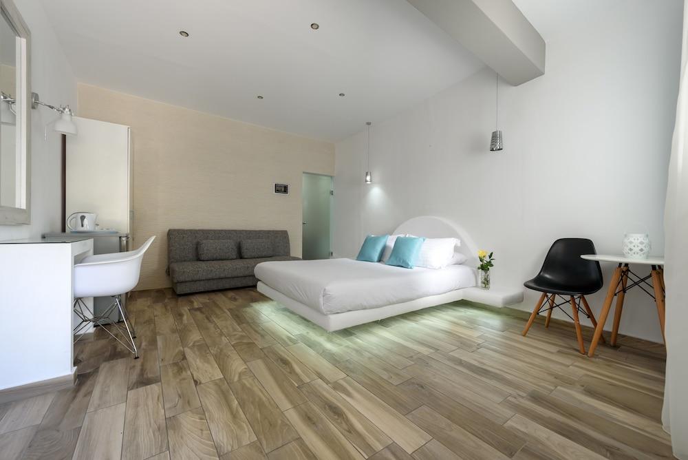 Oasis Hotel Santorini