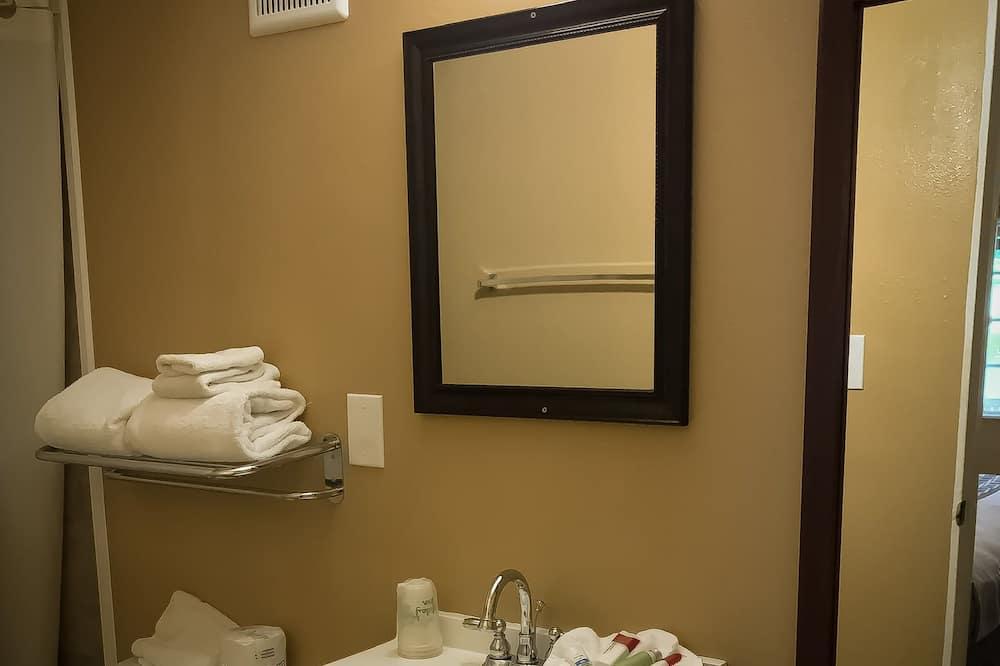Single Room, 1 King Bed - Bathroom